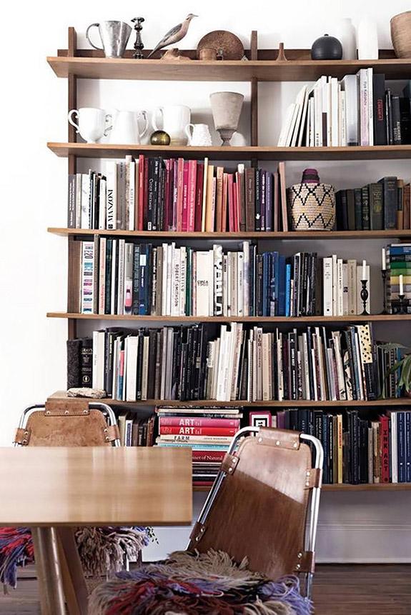 Une jolie bibliothèque bohème, décorée d'objets vintage éclectiques | déco bibliothèque | déco bohème #bibliothèque #décobohème
