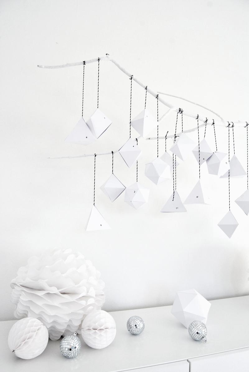Une jolie inspiration pour un calendrier de l'avent minimaliste, tout en blanc et formes graphiques