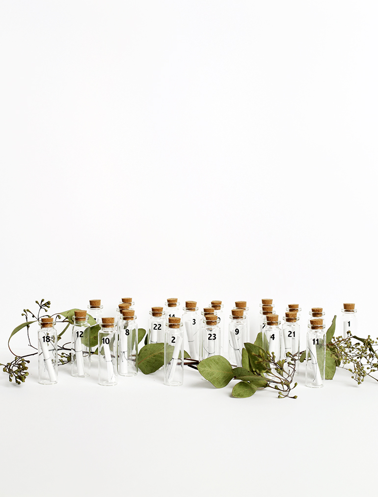 Un calendrier de l'avent minimaliste a fabriquer soi-même à partir de flacons en verre