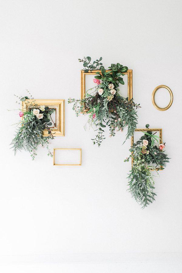 Osez pour l'originalité avec cette inspiration d'une couronne de Noel murale, à accrocher sur de jolis cadres dorés