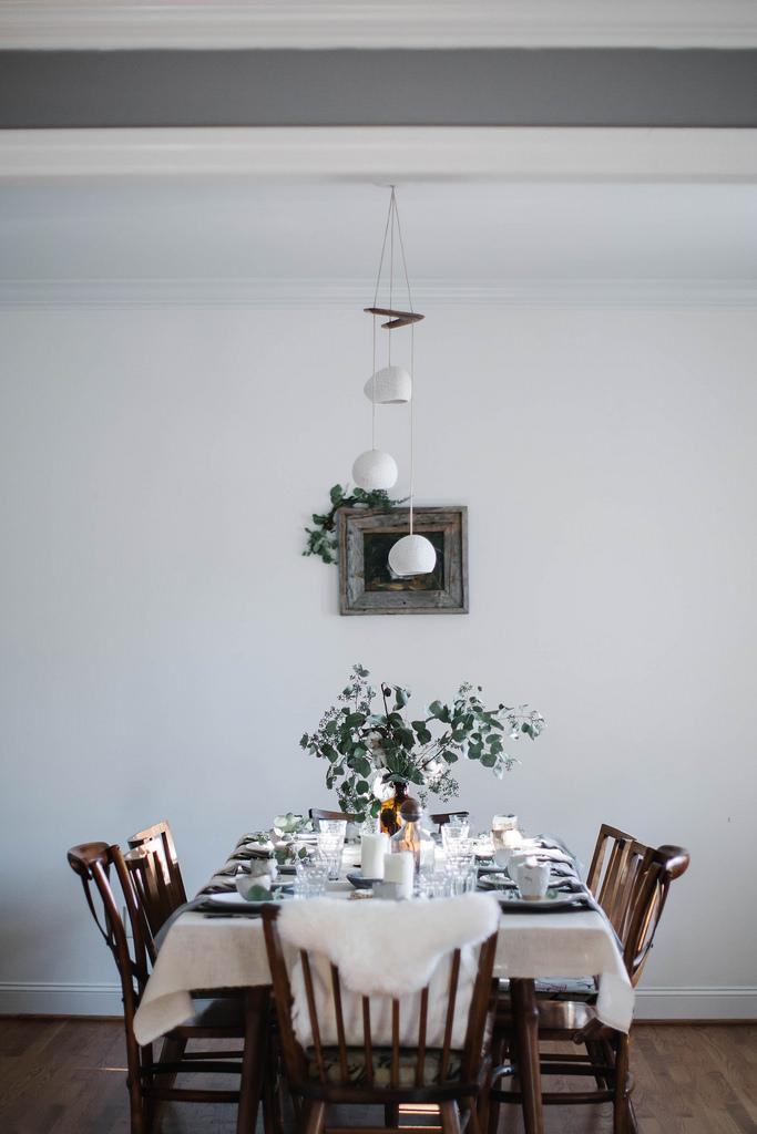 Une déco de table de Noel naturelle et simple, avec un gros bouquet d'eucalyptus