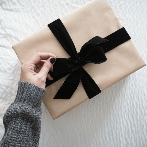Retrouvez plein d'idées pour vos emballage cadeau en papier kraft, comme avec ce paquet et son ruban en velours noir
