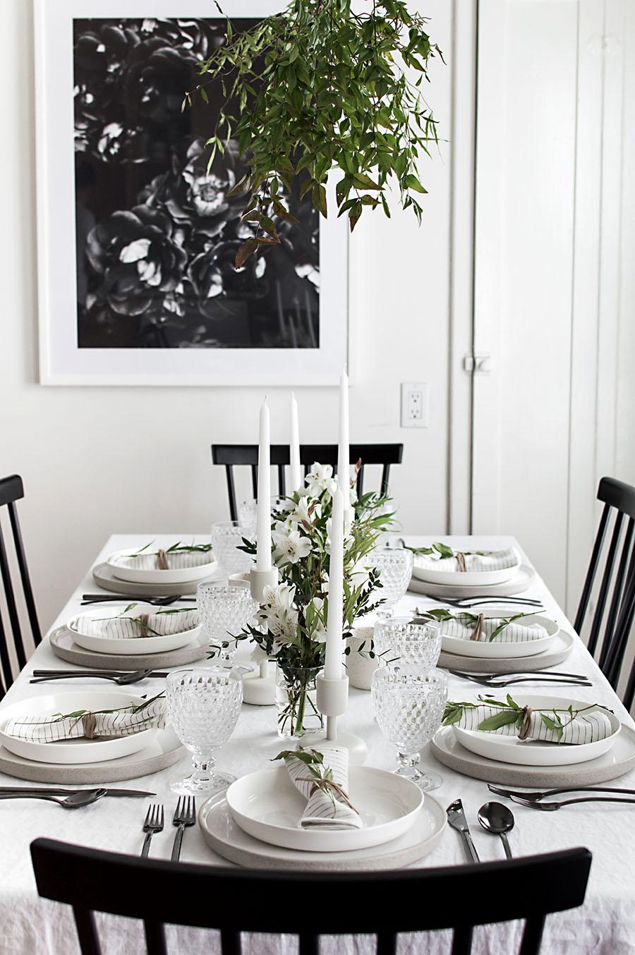 Une jolie idée pour une table de Noel naturelle et toute blanche. Retrouvez tous nos conseils dans l'article !