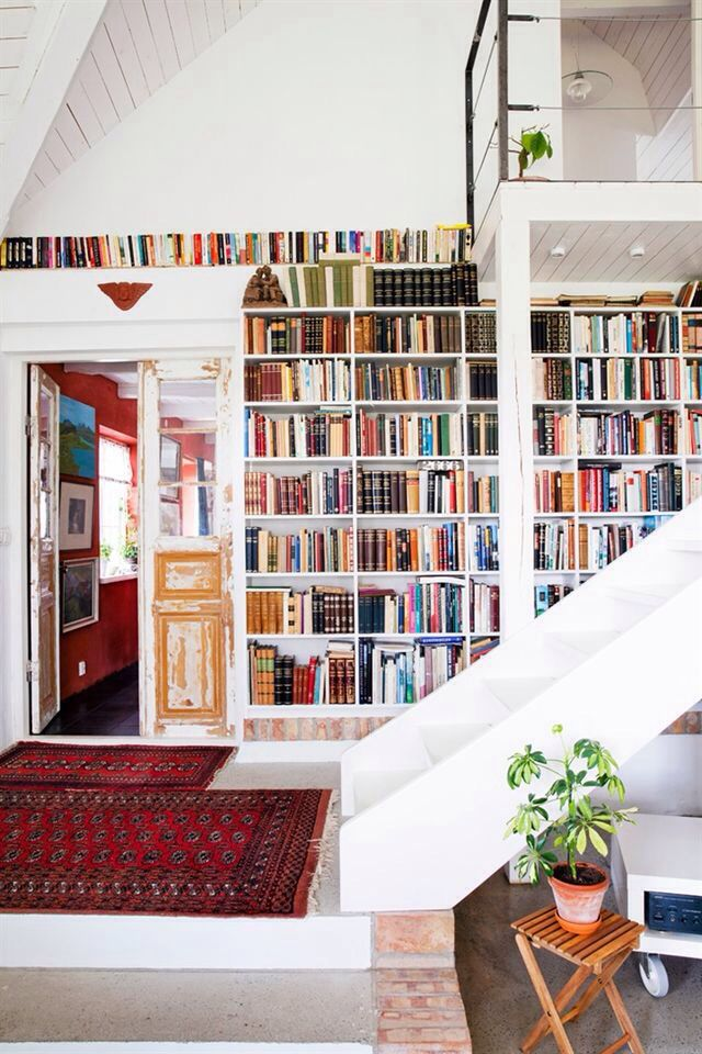 Aménager une bibliothèque sur un pan de mur dans l'entrée
