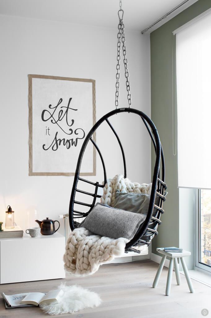 Le fauteuil suspendu, une idée déco pour un salon cosy cet hiver
