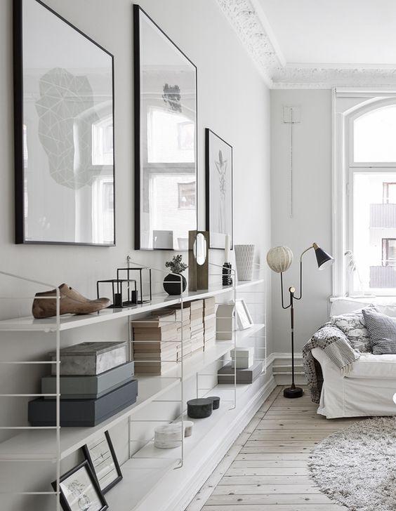 Aménager une bibliothèque blanche dans un salon