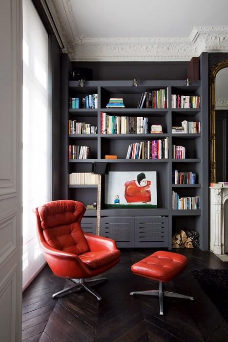 Aménager un coin lecture dans son salon avec une bibliothèque noire