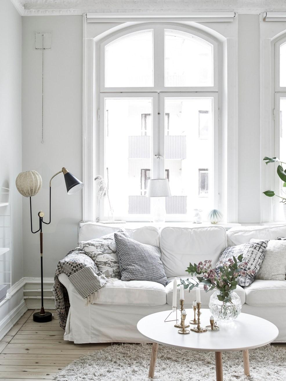 Idée déco pour un canapé cosy, avec un tapis et des coussins douillets