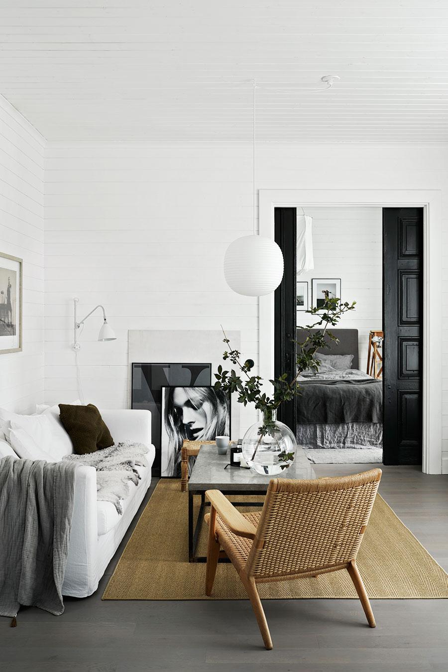 Une déco scandinave dans le salon en noir et blanc