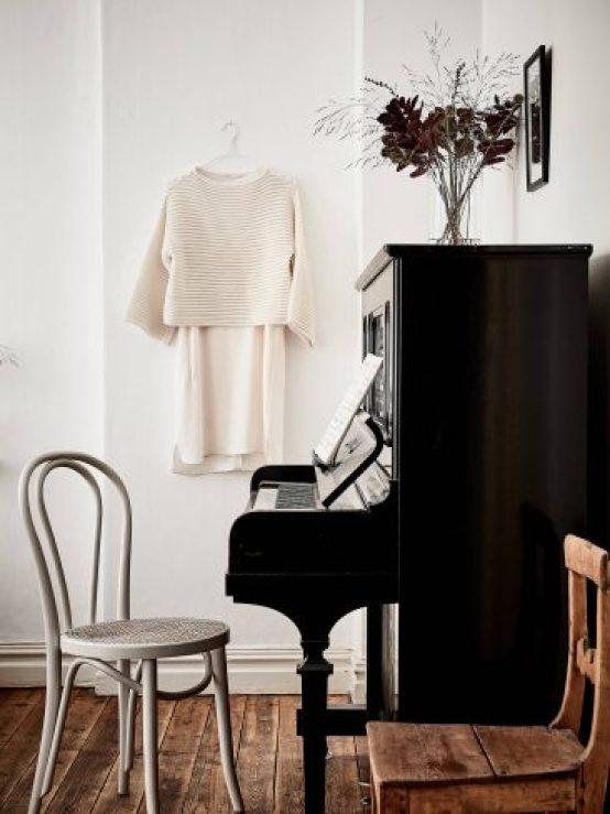 Une jolie déco en noir et blanc avec un piano droit