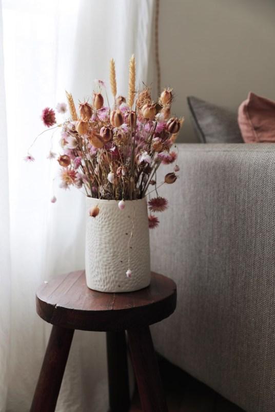 Un bouquet de fleurs séchées roses
