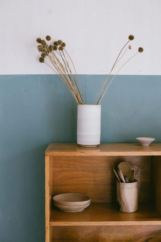 Un bouquet de fleurs séchées dans une déco scandinave et minimaliste