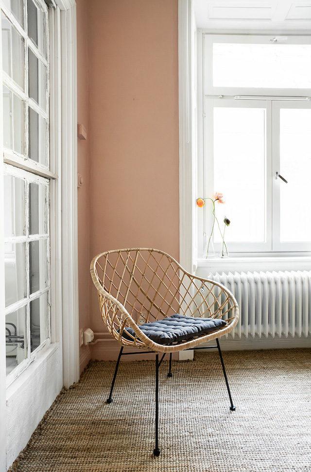Coin lecture à la déco scandinave avec un fauteuil en rotin