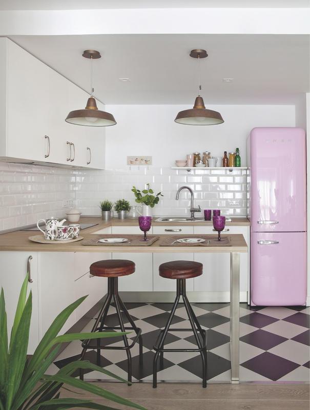 Idée déco pour une cuisine avec un frigo rose