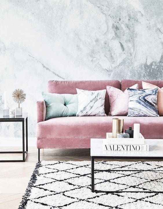 Un salon chic avec un canapé en velours