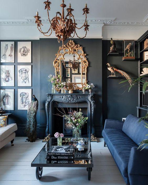 Un salon bleu canard décoré dans un style cabinet de curiosité