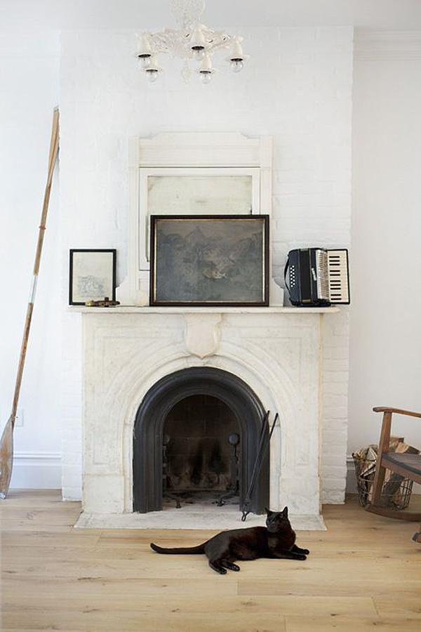 Une cheminée ancienne en marbre décorée de tableaux