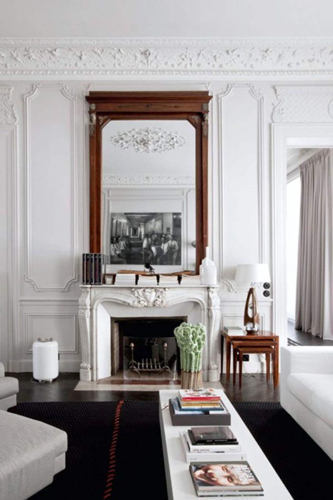 Une cheminée dans le salon d'un appartement parisien