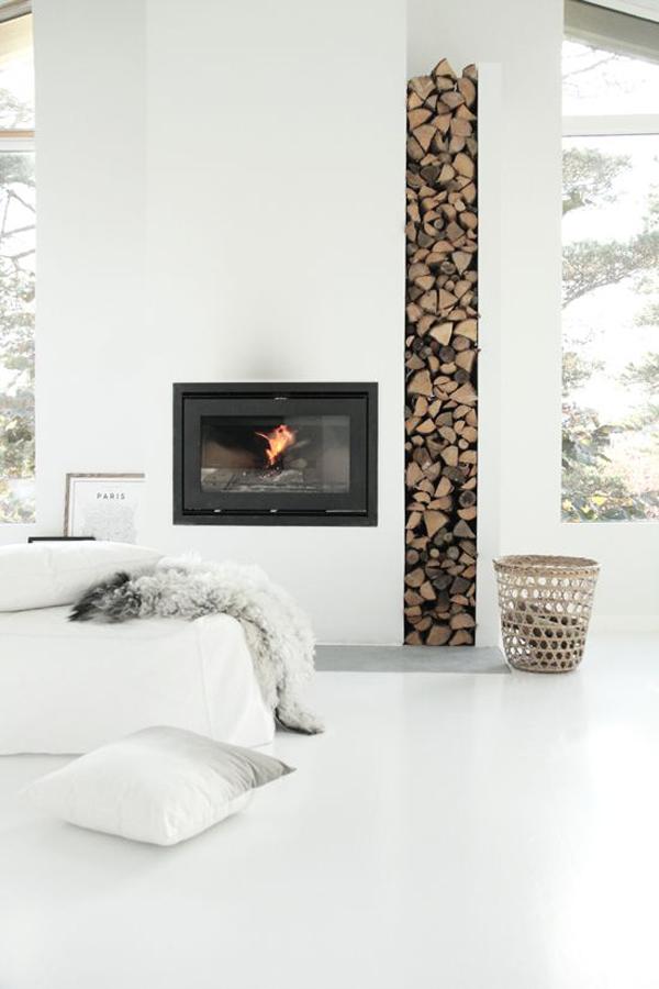 Une cheminée contemporaine avec stockage des bûches apparentes