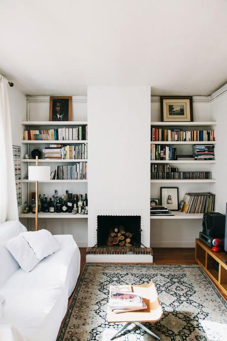 Un coin cheminée et bibliothèque dans un joli salon