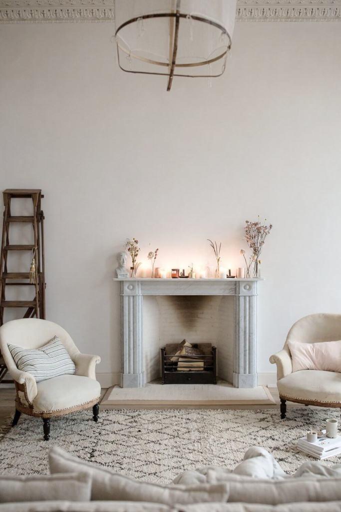 Comment décorer une cheminée en hiver avec des bougies et fleurs séchées