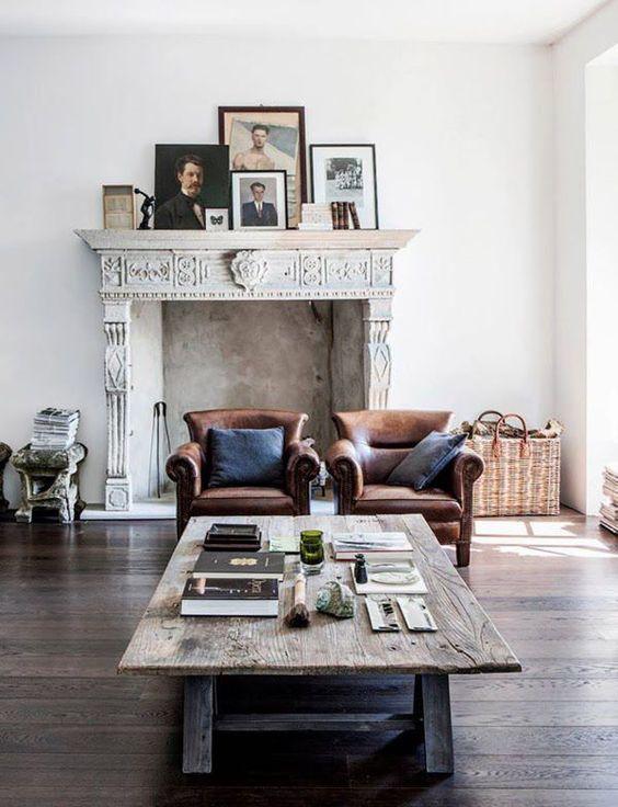 Un salon de stle vintage avec une cheminée ancienne et une table de ferme