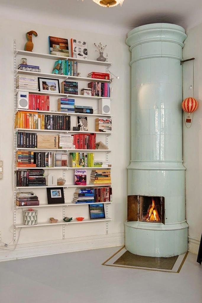 Un poele a bois scandinave et une bibliothèque murale