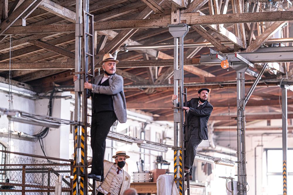 """Mann mit Hut Touren: Architekturführungen zur Industriekultur zum Theaterspektakel """"Die letzten Tage der Menschheit"""". Bild einer österreichischen Aufführung. Foto © Sebastian Kreuzberger/slkphoto.at"""