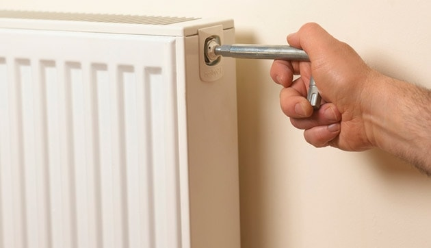 10 Simple Tricks to Keep your House Warm in Winter DIY do it yourself manomano the handy mano mano energy efficient heating bleed radiator