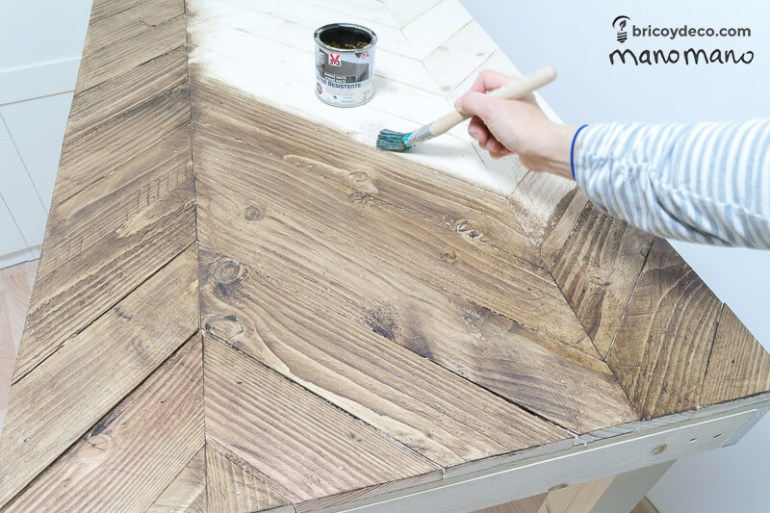 DIY Pallet Table the handy mano mano tutorial varnish table