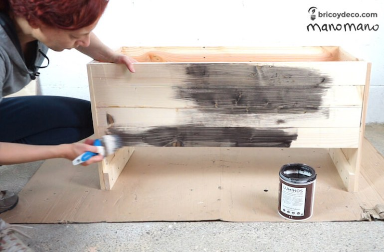 thehandymano mano Outdoor Storage Bench DIY tutorial varnish