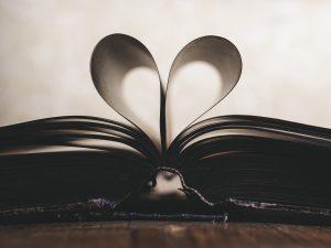 livre avec pages qui forment un cœur