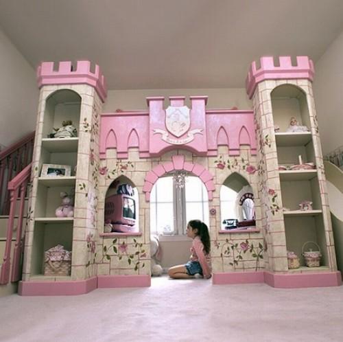 Cameretta delle bambine, un castello come letto