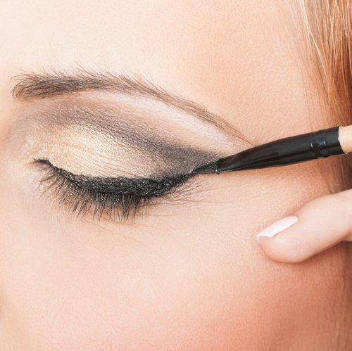 Tutorial-Foxy-Eyes-Beri-dimensi-pada-eyeshadow