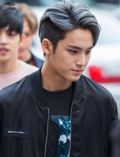 K-pop idol dengan warna rambut dark grey
