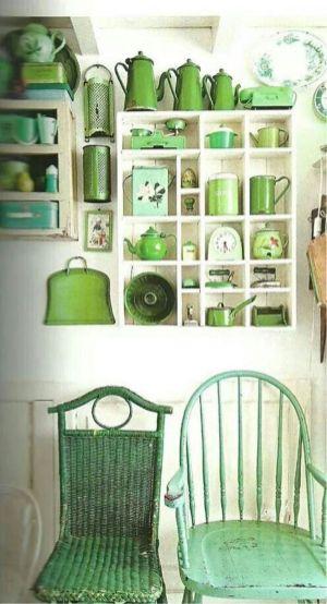Romántica alacena llena de accesorios de cocina, no importa el matiz, todos combinan igualmente