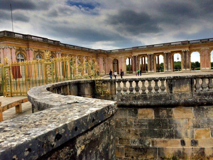 Marie-Antoinetten palatsin muurilla. Emme malttaneet maksaa erillistä sisäänpääsyä itse palatsiin.
