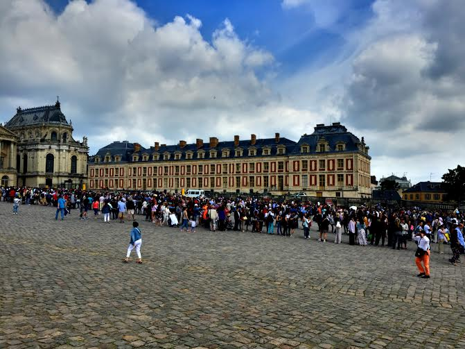 Jonotusta Versaillesin linnaan.