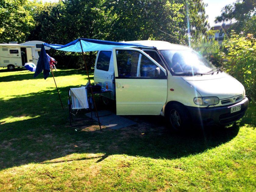 Leiri pystyssä camping-alueella.