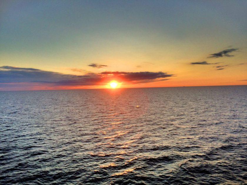Kaunis auringonlasku alakannelta kuvattuna.