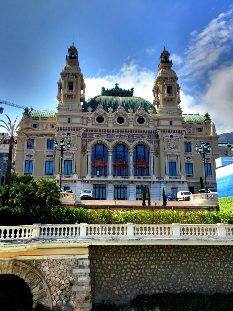 Monte Carlon kasino takapihalta.