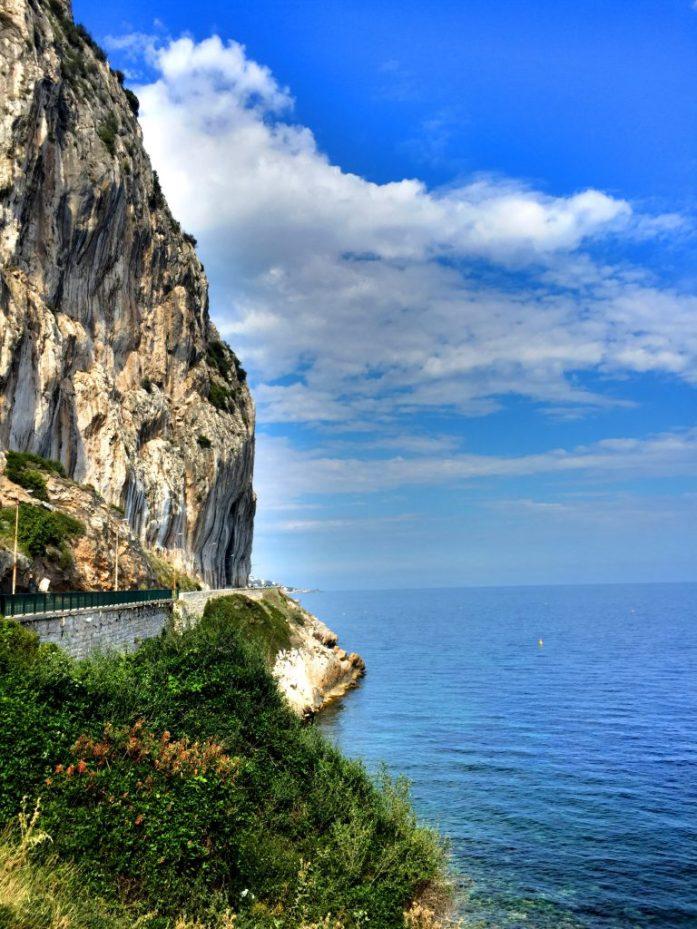Èzen rantapuoli. Kylä jatkui korkealle vuorille, josta Rivieralle avautuvat myös upeat näkymät.