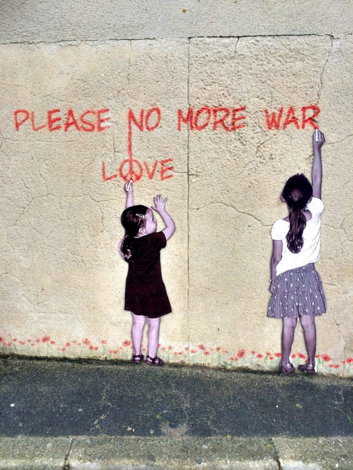 Graffiti muistutuksena 2. maailmansodasta Arromanches-les-Bainsissa, Normandiassa. Pätee tähänkin päivään.