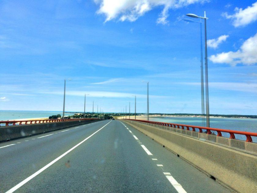 Saarelle johtava maksullinen silta.