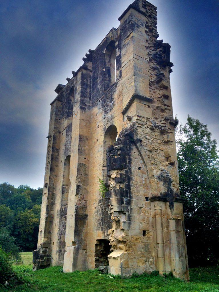 Luostari oli alkujaan 105 metriä pitkä ja 54 metriä leveä.