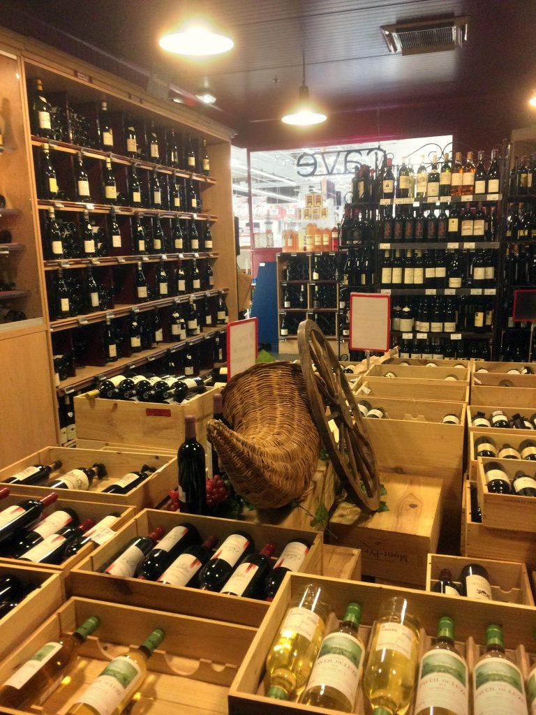 Ylimääräistä aikaa saa aina kulumaan kaupoissa, tällä kertaa viiniosastolla.