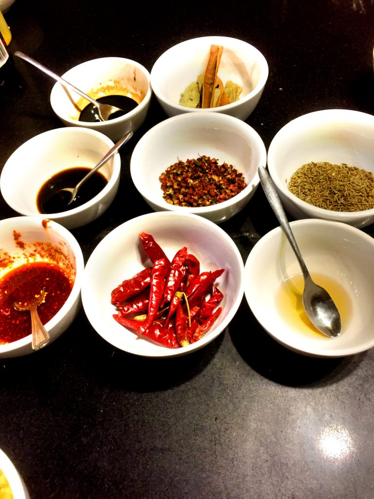 Aloitimme kurssin tutustumalla tärkeimpiin kiinalaisiin mausteisiin.