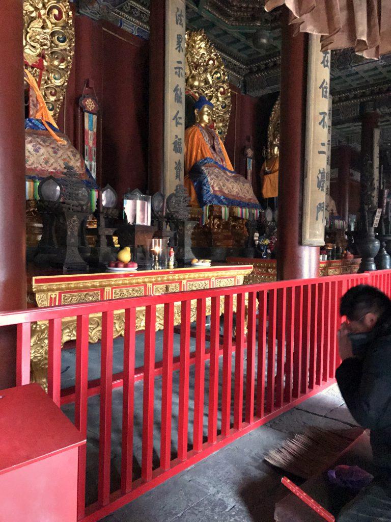 Pronssista tehdyt kolmena ajan Buddha-patsaat; yksi menneisyydestä, yksi nykyajasta ja yksi tulevaisuudesta.