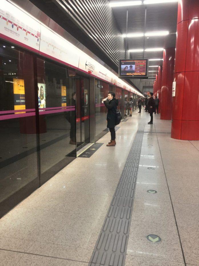 Arkiaamuna metroasemalla oli vielä rauhallista.