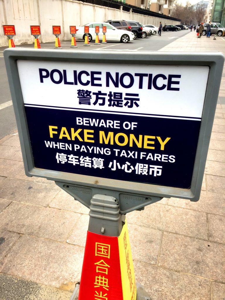 Silkkitorin edustalla varoiteltiin virallisestikin vääristä rahoista.